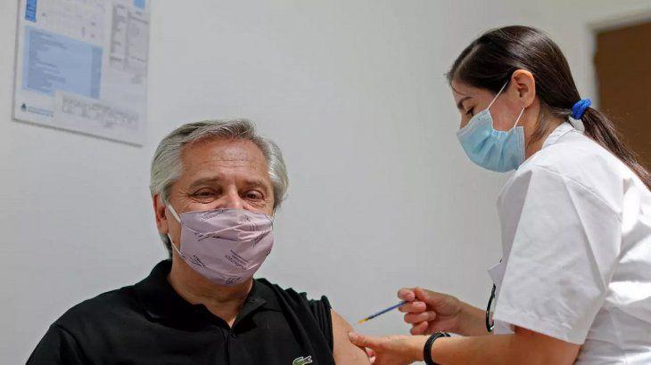 Alberto Fernandez siendo vacunado.